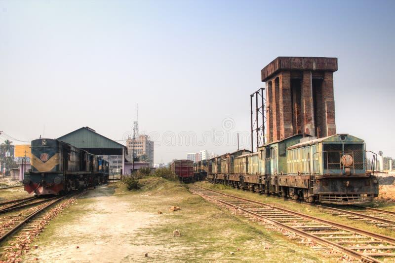 Voies ferrées avec des trains à Khulnâ, Bangladesh images libres de droits