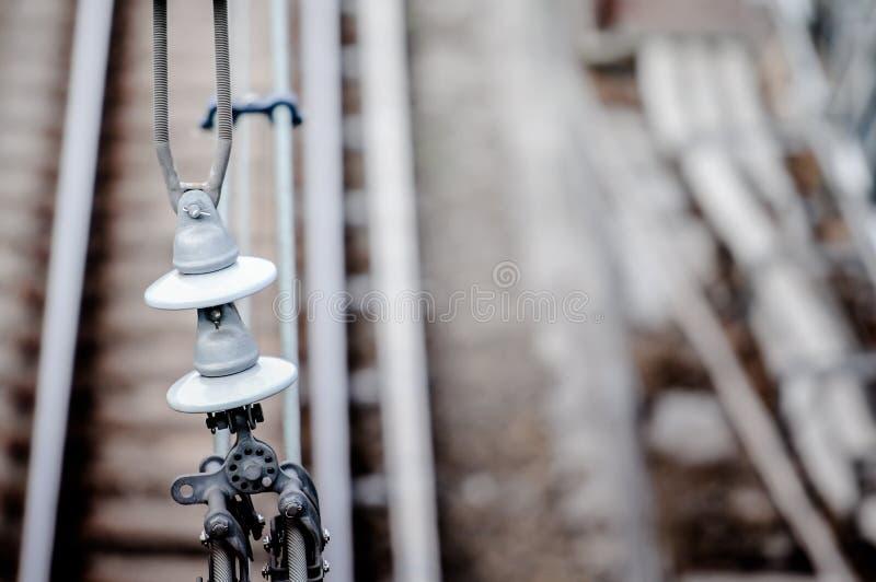 Voies ferrées avec le système ferroviaire d'électrification Ligne aérienne fil au-dessus de voie ferroviaire photo libre de droits