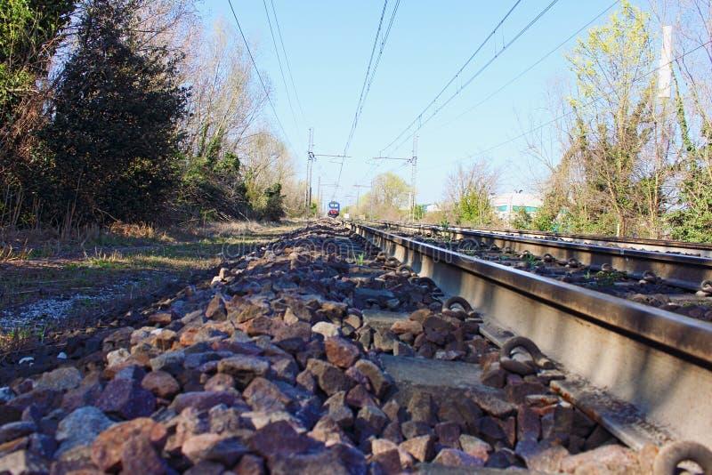 Voies ferrées d'apparence de photographie les trains aujourd'hui doivent améliorer leur technologie et par conséquent leur représ photographie stock libre de droits