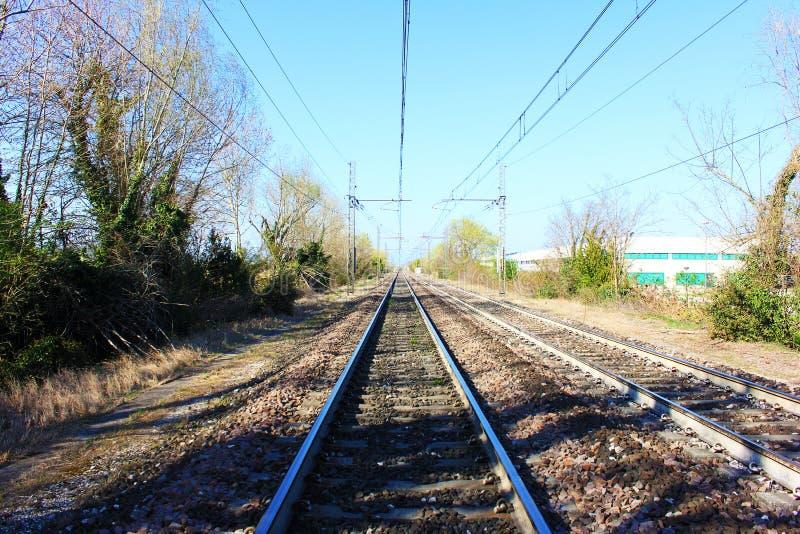 Voies ferrées d'apparence de photographie les trains aujourd'hui doivent améliorer leur technologie et par conséquent leur représ image libre de droits