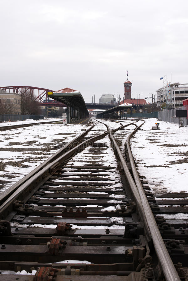 Voies ferrées dans la neige sur la gare ferroviaire à Portland Orégon photo stock