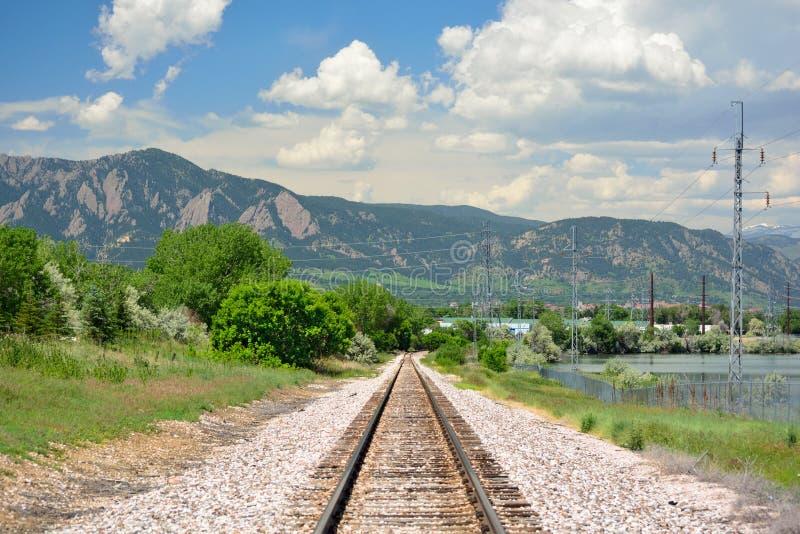 Voies ferrées dans les montagnes sur Sunny Day photo libre de droits