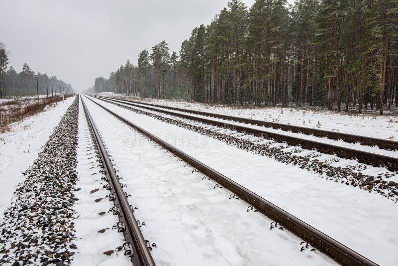 voies ferrées en hiver sous la neige images stock