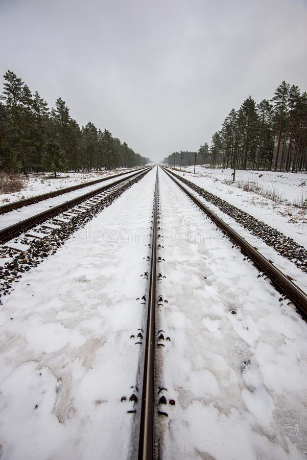 voies ferrées en hiver sous la neige image libre de droits