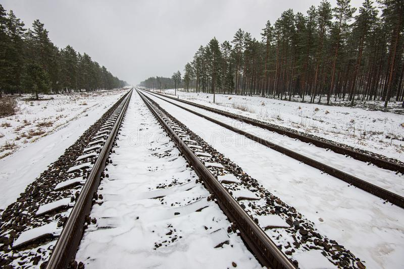 voies ferrées en hiver sous la neige images libres de droits