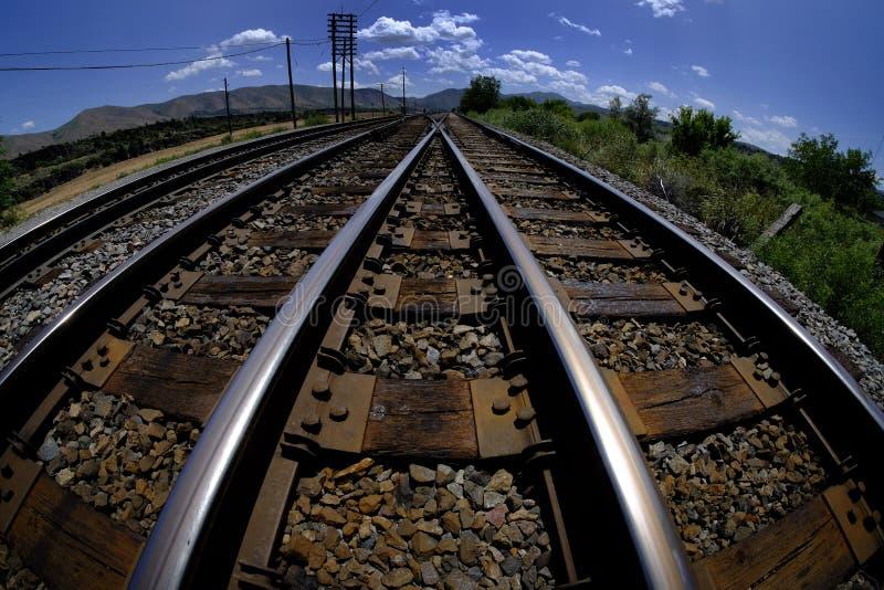 Voies ferrées menant dans le transport de fer de rails d'horizon photo stock