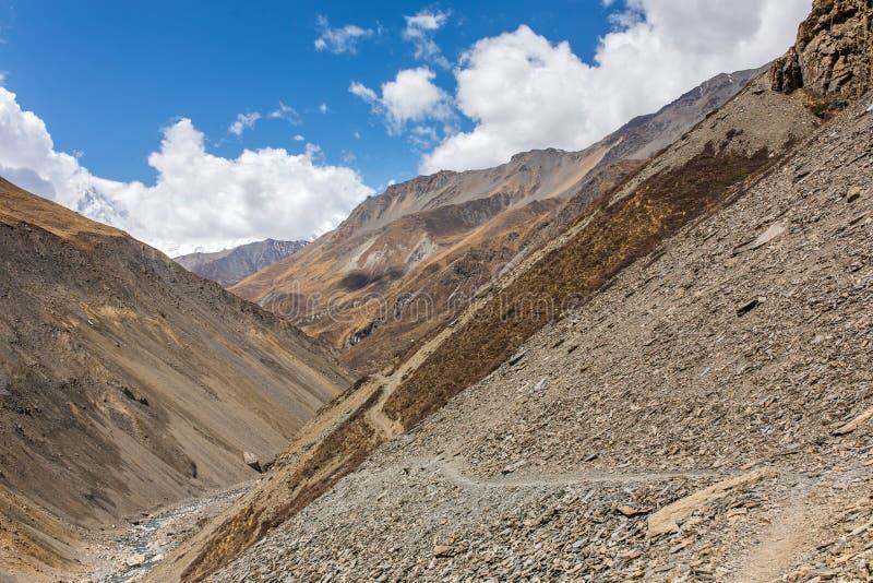 Voies lâches dangereuses de roche des côtés de l'Himalaya image libre de droits