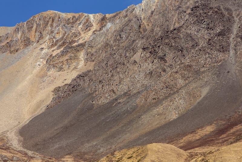 Voies lâches dangereuses de roche des côtés de l'Himalaya images libres de droits