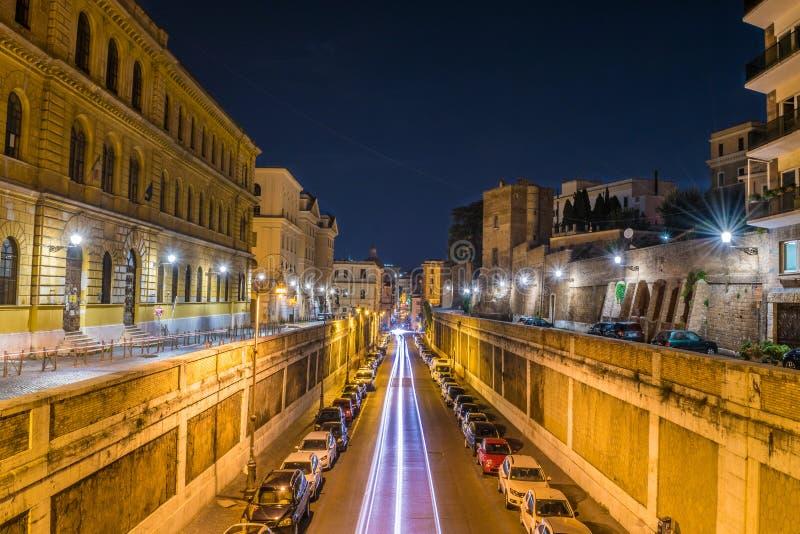 Voies légères des véhicules sur la rue d'Annibaldi la nuit à Rome - en Italie image libre de droits
