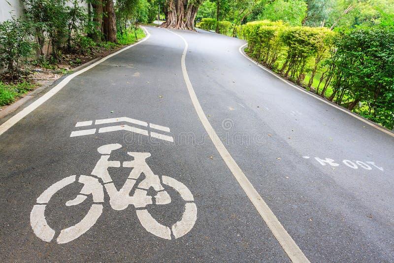Voies pour bicyclettes en parc image libre de droits