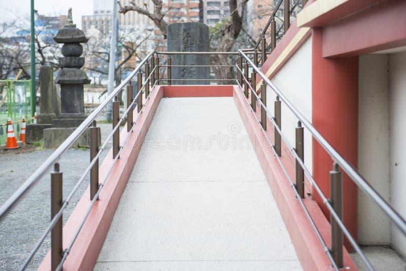 Voies pour l'utilisateur de fauteuil roulant à la construction images stock