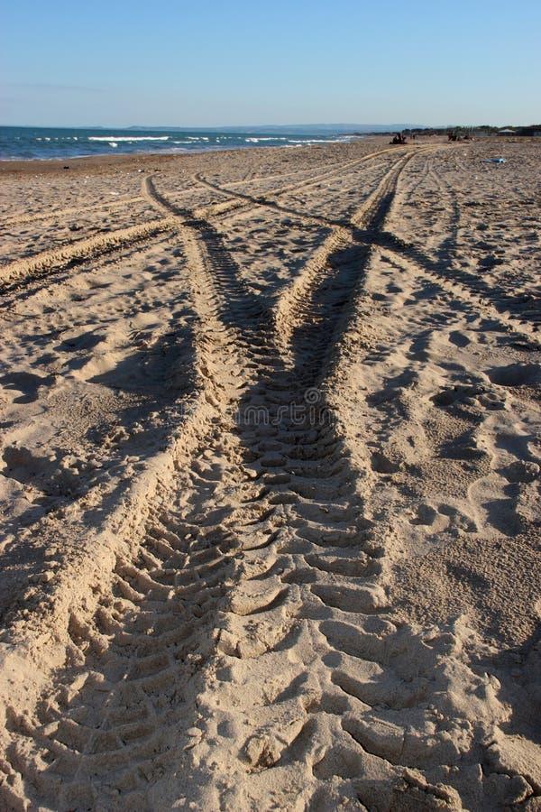 Voies sur le sable image libre de droits