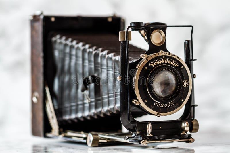Voigtlander antiguo, cámara de plegamiento de Compur en el fondo de mármol imagenes de archivo