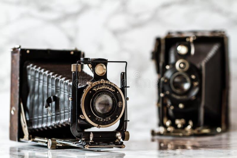 Voigtlander antiguo, cámara de plegamiento de Compur en el fondo de mármol fotos de archivo