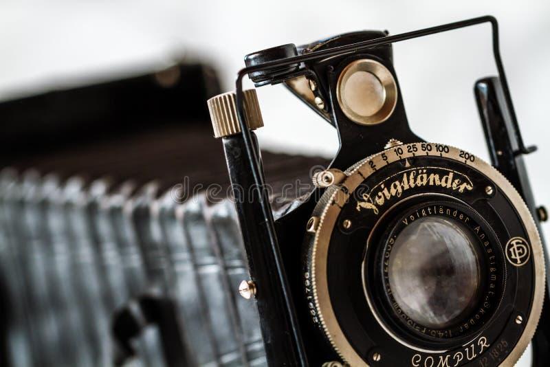 Voigtlander antiguo, cámara de plegamiento de Compur en el fondo de mármol fotografía de archivo libre de regalías