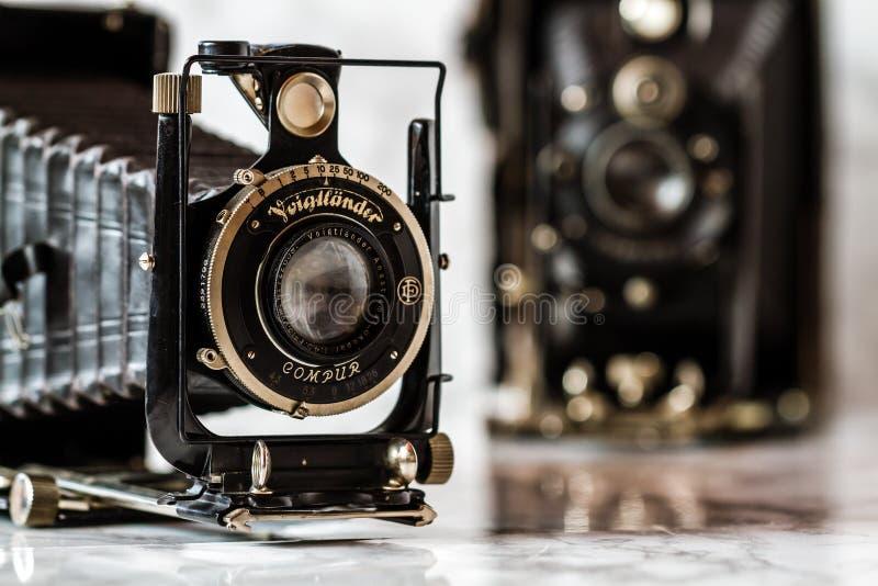 Voigtlander antiguo, cámara de plegamiento de Compur en el fondo de mármol imágenes de archivo libres de regalías
