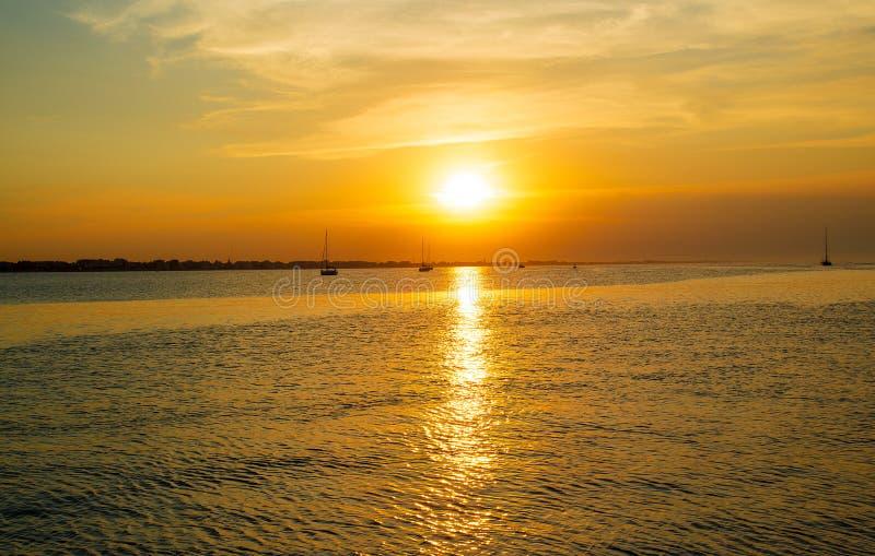 Voile de yachts vers la mer La période de la baisse de la mer photo libre de droits