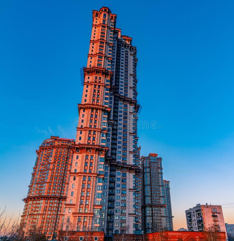 Voiles complexes résidentielles ayant beaucoup d'étages d'écarlate sur les banques de la rivière de Moscou au coucher du soleil a photos stock