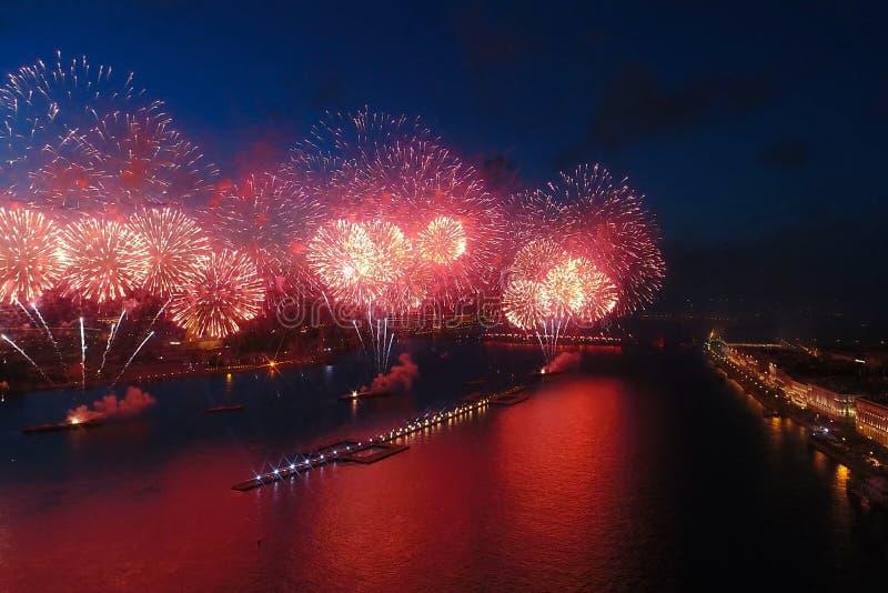Voiles d'écarlate de salut Le salut de fête est grandiose Pyrotechnie de feux d'artifice image libre de droits