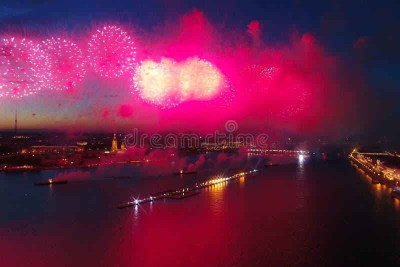 Voiles d'écarlate de salut Le salut de fête est grandiose Pyrotechnie de feux d'artifice photographie stock