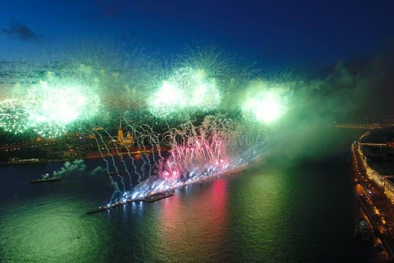Voiles d'écarlate de salut Le salut de fête est grandiose Pyrotechnie de feux d'artifice photos stock