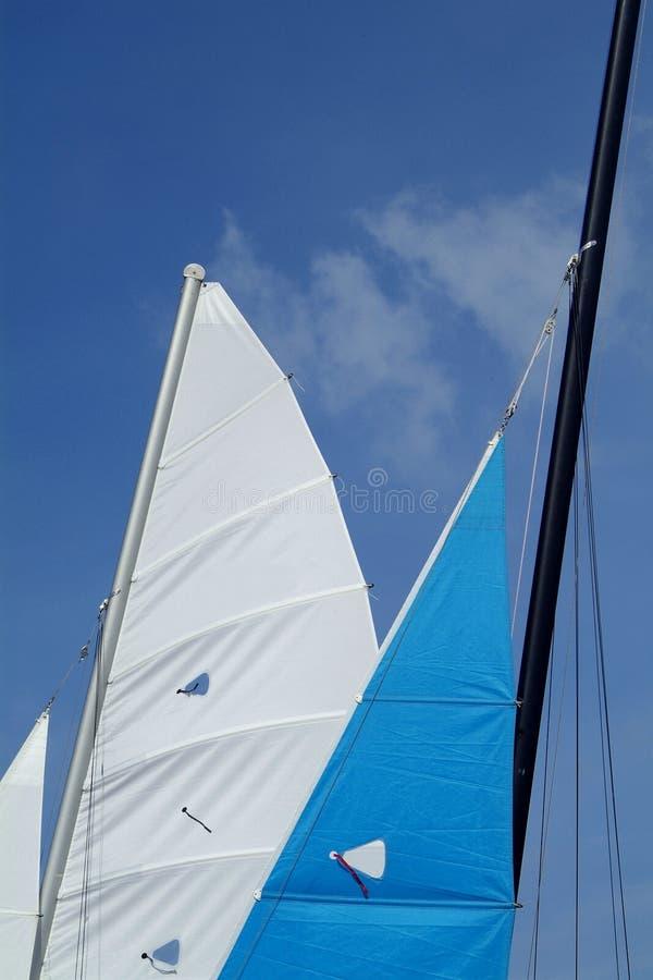 Voiles de deux catamarans photographie stock libre de droits