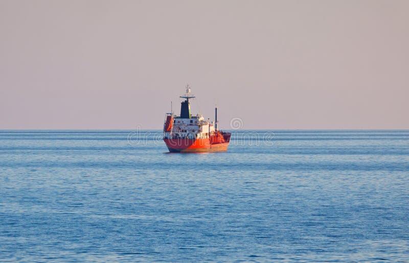 Voiles de tunker d'huile en mer Méditerranée photo stock