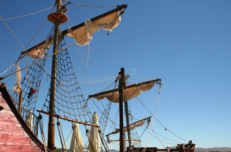 Voiles en lambeaux sur un bateau de pirate photo libre de droits