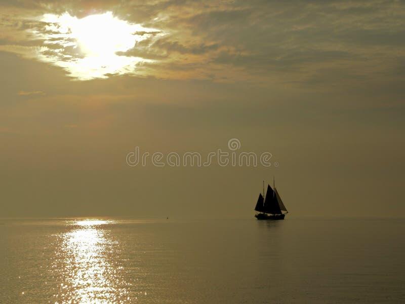 Voilier à la soirée en mer d'IJssel - IJsselmeer image libre de droits