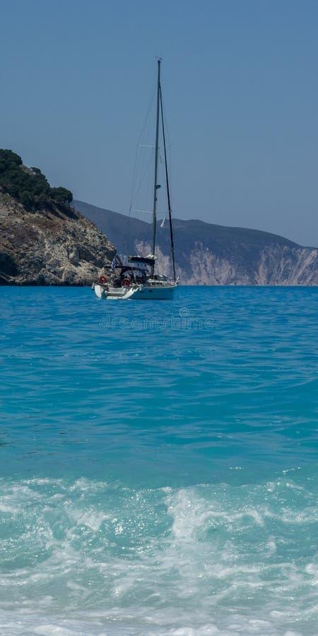 Voilier accouplé, plage Kefalonia Grèce de Myrtos photos stock