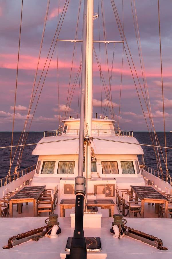 Voilier au coucher du soleil, îles Maldives photo stock