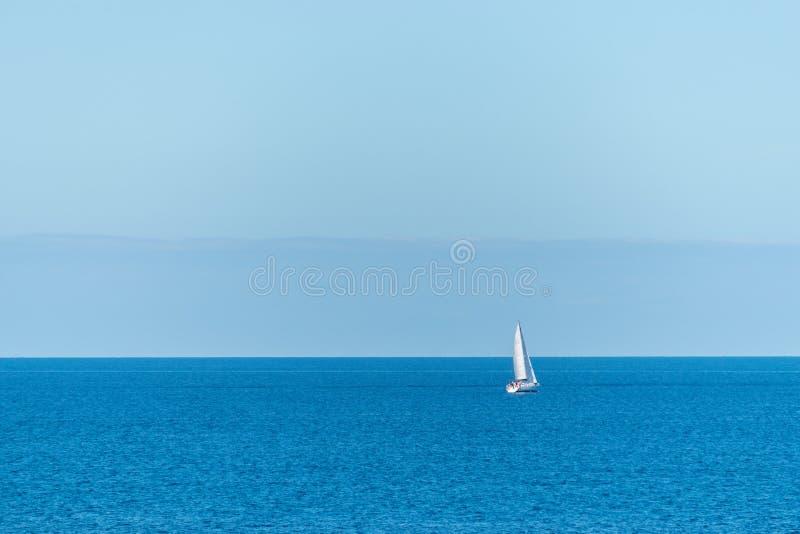 Voilier blanc à la belle mer bleue image stock