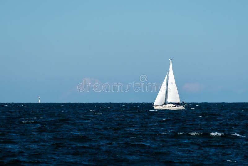 Voilier blanc en mer images libres de droits