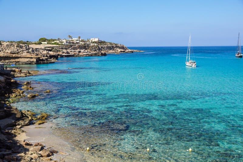 Voilier dans l'aventure de luxe d'été de mer, vacances actives en mer Méditerranée, île d'Ibiza photo stock