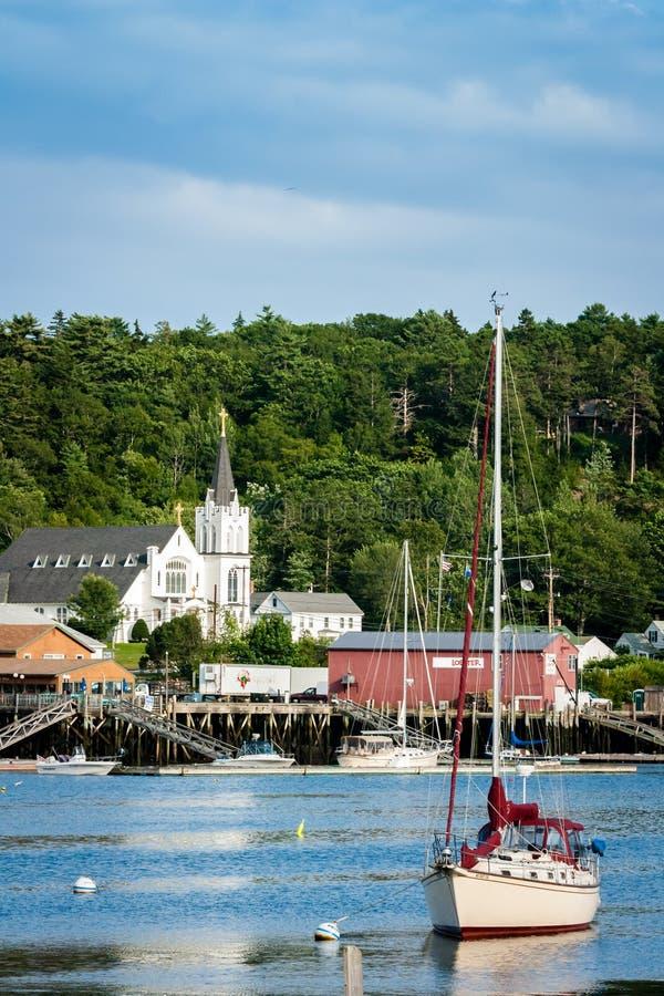Voilier dans le port de Boothbay, Maine image libre de droits
