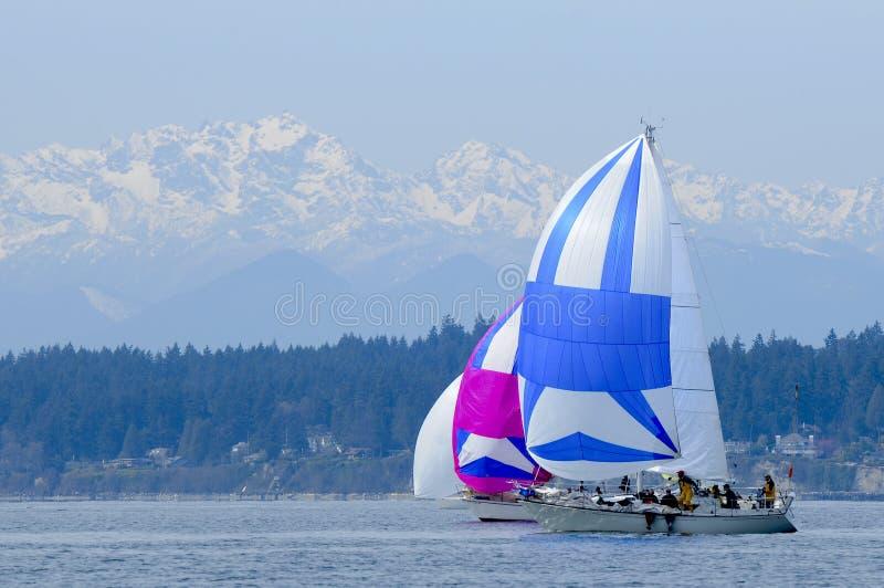 Voilier emballant sur Puget Sound, Seattle, Washington State image libre de droits