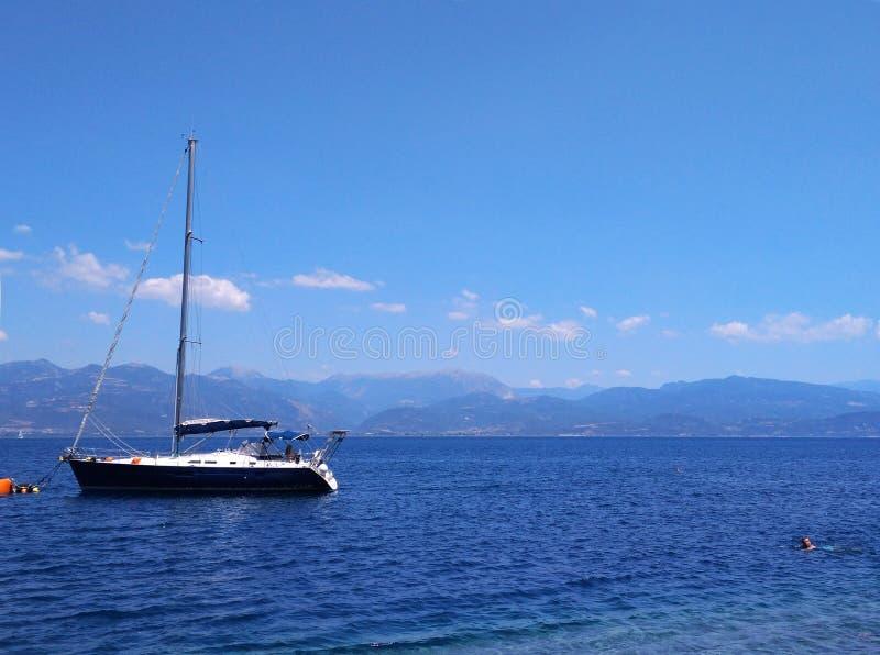 Voilier en mer au soleil au-dessus de fond de montagnes, aventure de luxe d'été, vacances actives en mer Méditerranée photographie stock