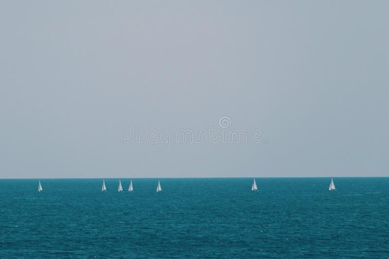 Voilier en mer bleue en été photo stock