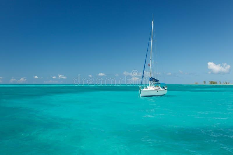 Voilier flottant sur les eaux tropicales magnifiques en mer des Caraïbes photographie stock libre de droits