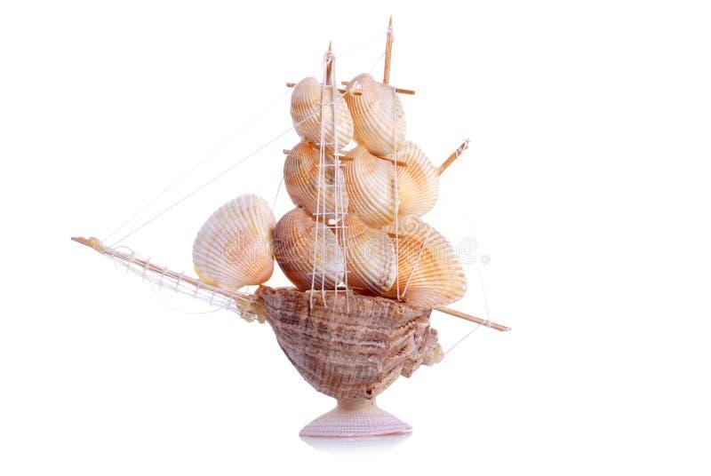 Voilier modèle des coquillages sur un fond d'isolement images stock