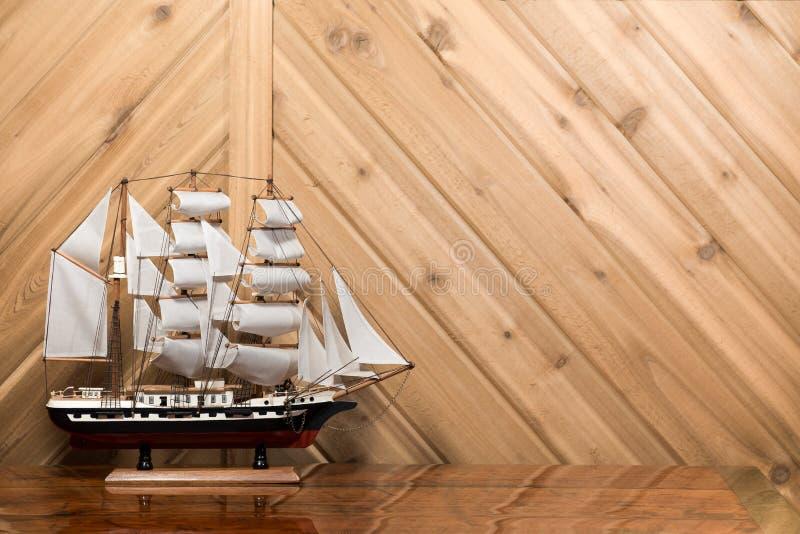 Voilier/modèle Ship contre le mur de planche avec l'espace de copie photos libres de droits