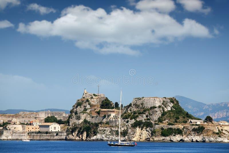 Voilier naviguant près de la vieille ville de Corfou de forteresse photos libres de droits