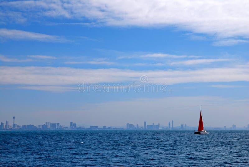 Voilier rouge sur l'océan avec l'océan bleu images stock