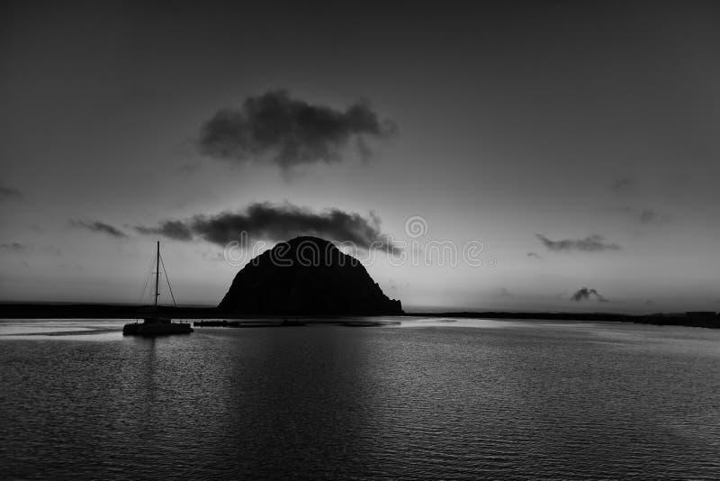 Voilier simple en silhouette à la roche de Morro noire et blanche photographie stock