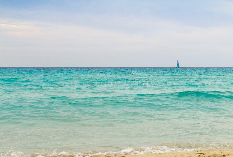 Voilier sur la mer de turquoise photos stock