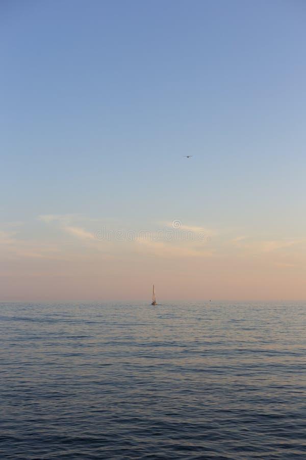 Voilier sur le Canada du lac Ontario voyageant dans la distance dans t photographie stock
