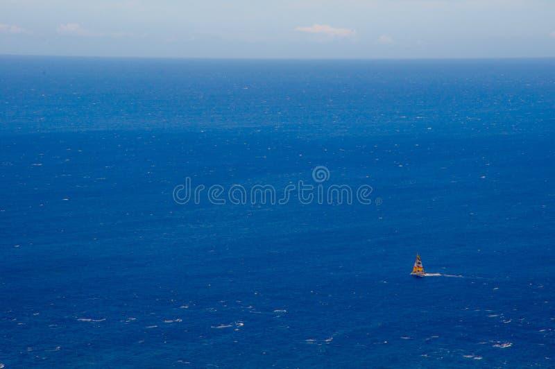 Voilier sur le vaste océan photo stock