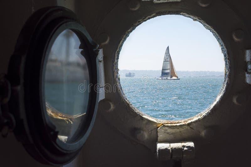 Voilier vu par le hublot sur San Diego Bay images stock