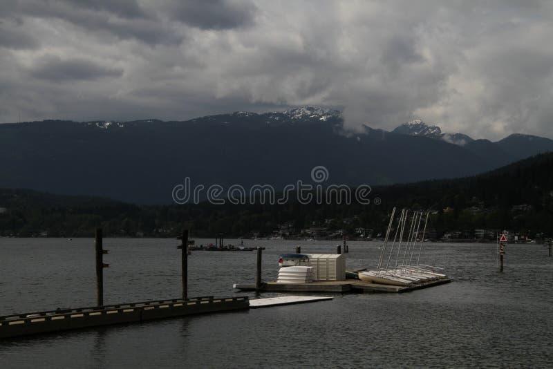voiliers amarrés à une plate-forme de flottement photos libres de droits