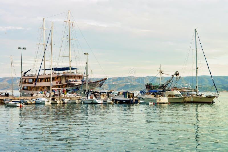 Voiliers et port de Mer Adriatique dans Omis Croatie image stock